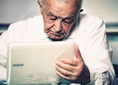 Old man use pc — Stock Photo