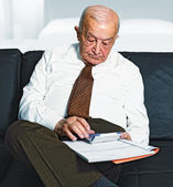 Man calculate his expenses — Stock Photo