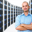 uomo in datacenter — Foto Stock