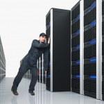 człowiek przenieść serwer — Zdjęcie stockowe