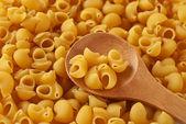 İtalyan makarna ve tahta kaşık — Stok fotoğraf