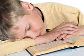 Nastolatka zasnął, czytając książkę. szkoły. — Zdjęcie stockowe