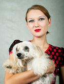 Dívka a čínský chocholatý pes — Stock fotografie
