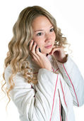 与蜂窝电话穿白色上衣的女孩 — 图库照片