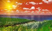 Lago y rojo cielo nublado — Foto de Stock