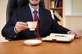 Uomo d'affari giovane lavora in un ufficio — Foto Stock