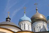 Cúpulas de iglesia sobre cielo azul — Foto de Stock