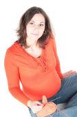 Porträtt av ganska gravid kvinna stickning — Stockfoto