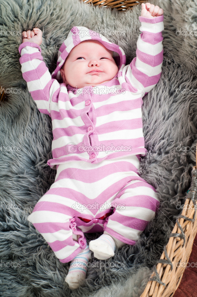 脱衣服的小可爱宝宝的照片