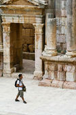 Tourist in ancient Jerash , Jordan — Stock Photo