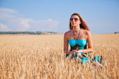 Girl in a rye field — Stock Photo