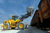Excavator loads gravel — Stock Photo
