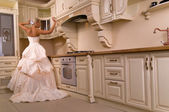 Bella sposa si leva in piedi in cucina — Foto Stock