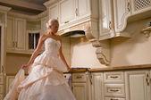 Novia está parado en la cocina — Foto de Stock