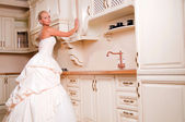 Bride stands in the kitchen — Stock Photo