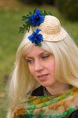 привлекательная женщина с красивым головной убор — Стоковое фото