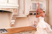 Bruid in een luxe jurk — Stockfoto