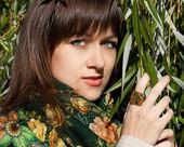 Kobieta z liści — Zdjęcie stockowe