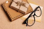 戴着眼镜的 grunge 纸本礼物 — 图库照片
