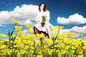 Piękna młoda kobieta w sukni na łące — Zdjęcie stockowe