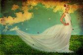 Piękna młoda kobieta w białej sukni na zielony łąka — Zdjęcie stockowe