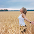 A girl in a wheat field — Stock Photo