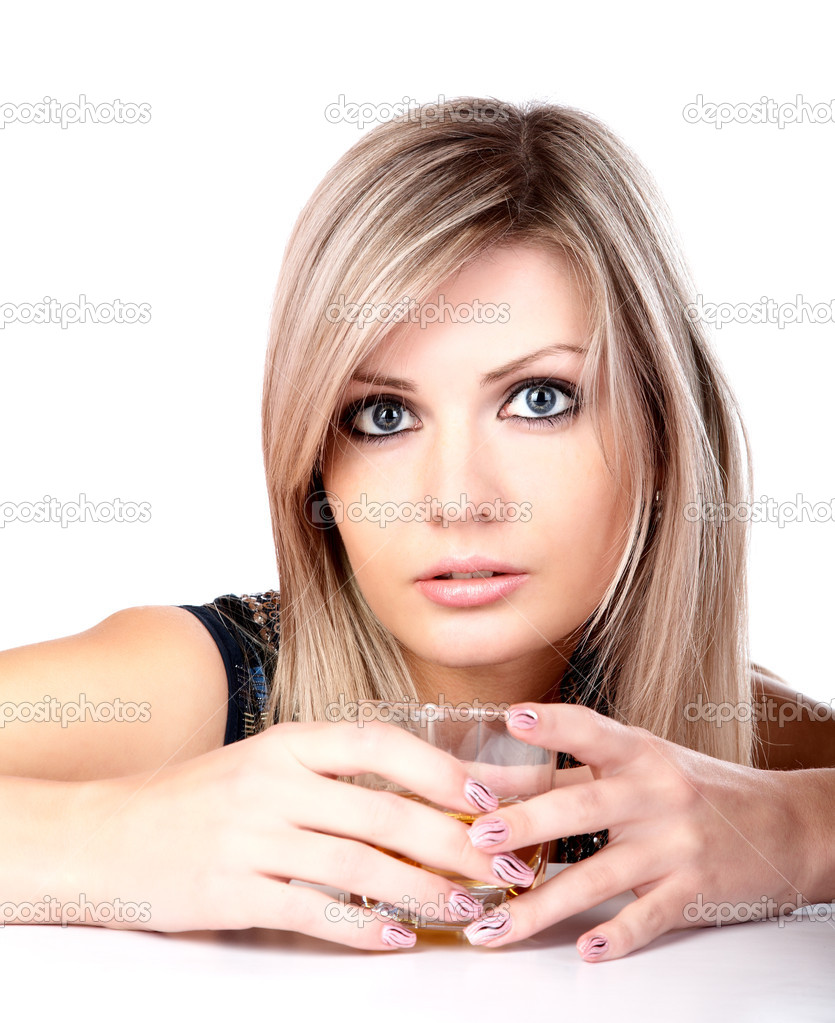Девушка со стаканом виски фото