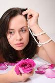Donna con petali di rosa — Foto Stock
