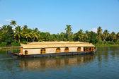 Casa flutuante em remansos de kerala, índia — Foto Stock