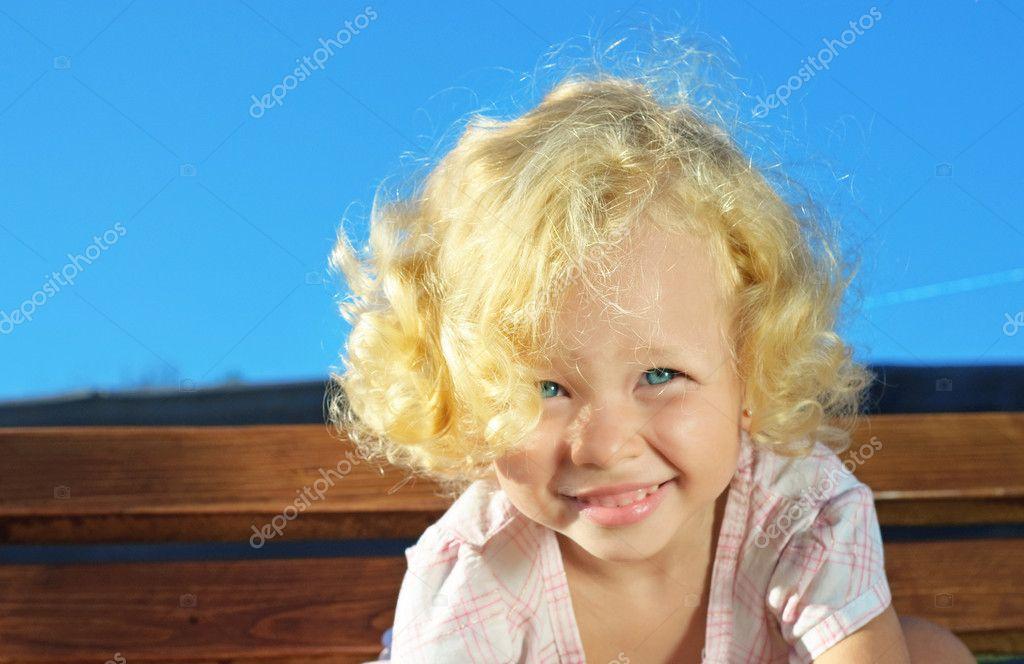 Кудрявый ребенок: милашка или чертенок?(Roxana Bashyrova/Shutterstock.com