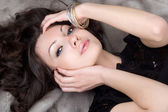 Belle fille couchée sur le manteau de fourrure grise — Photo