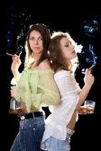 портрет двух подруг с сигары — Стоковое фото