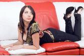 Hermosa joven recostado en un sofá — Foto de Stock