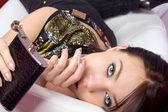 Portrait de la belle fille avec une cigarette — Photo