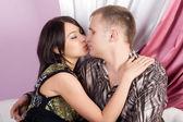Bella baciando abbracciando il giovane uomo e donna — Foto Stock