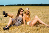 Two young women — Stockfoto