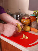 Peeling potatoes — Stock Photo