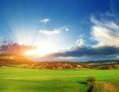 在山中的绿色草地 — 图库照片