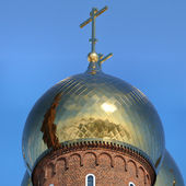 Golden dome of the Orthodox church with blue sky background — Stock Photo