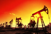 Working oil pumps silhouette in row — Stockfoto