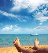 Sahilde erkek ayağı — Stok fotoğraf