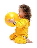 Ragazza carina giocando con la palla — Foto Stock