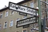 Richting tekenen op een post in berlijn — Stockfoto