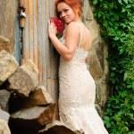 mariée près de la vieille porte verrouillée — Photo