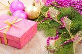 Boże narodzenie złota i różowy z pine oddział — Zdjęcie stockowe