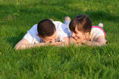 Couple mensonge sur l'herbe — Photo