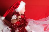 女孩在红布上的圣诞老人 — 图库照片