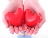 Dos corazones en manos femeninas — Foto de Stock
