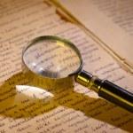 verre loupe sur la page du manuscrit ancien — Photo