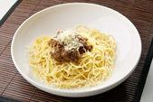 Pâtes spaghettis à la viande et fromage — Photo